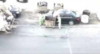 شاهد بالفيديو.. تصرف طريف من عمال وطن بحق مركبة أحد المواطنين في عمّان