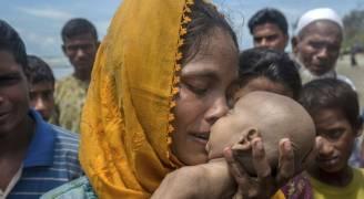 صورة مروعة لأمٍّ من مسلمي الروهينغا وهي تتشبَّث بطفلها الميت بعد أن غرق قاربهم
