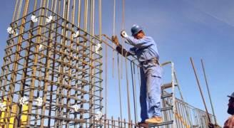 العاملون في قطاع الإنشاءات مهددين بالتسريح لتأخر صرف المستحقات