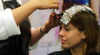 تحذير خطير للنساء مما تسببه صبغة الشعر
