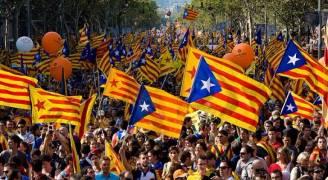 مدريد تعتقل قياديين انفصاليين وتمنح بوتشيمون مهلة ثانية