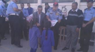 الامن العام يوزع حقائب مدرسية على طلبة مدرسة قطر الاساسية