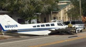 طائرة ركاب صغيرة تتسبب بكارثة في إحدى شوارع فلوريدا ..فيديو وصور