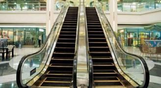 شجاعة شاب بإنقاذ طفلة سحبها الدرج الكهربائي في إربد.. فيديو