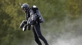 بريطاني يدخل موسوعة غينيس كأسرع 'رجل حديدي' في العالم.. فيديو