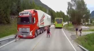 بالفيديو.. سائق شاحنة يتفادى مأساة بأعجوبة في النرويج