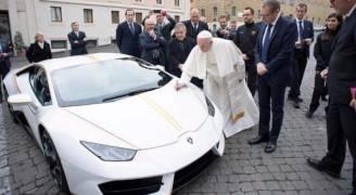 ماذا فعل البابا بسيارة لامبورغيني وصلته هدية؟