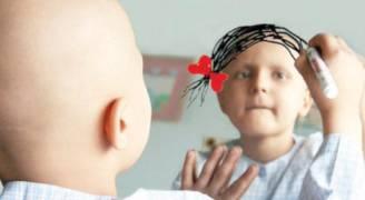 أردني يحلق رأسه تضامنا مع والدته المصابة بالسرطان