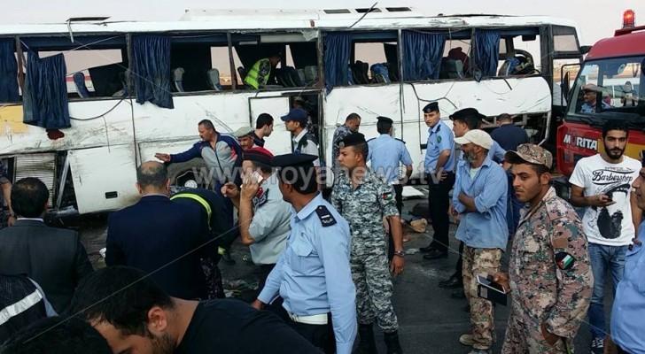 بالصور: وفيات وإصابات في حادث انقلاب باص ركاب باربد
