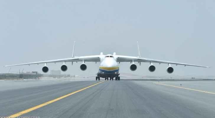 الطائرة العملاقة لدى هبوطها في مطار أبوظبي
