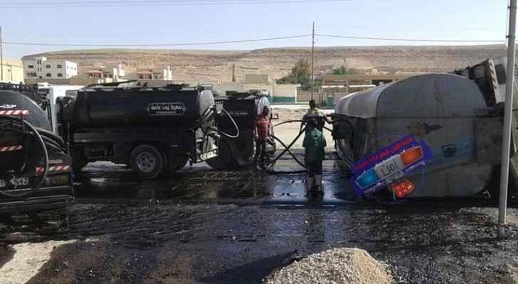 تدهور الصهريج أدى لانسكاب المادة النفطية على طول الطريق الواصل بين الزرقاء والأزرق
