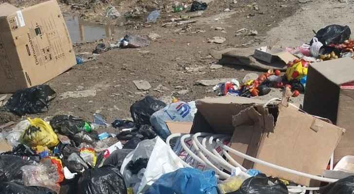 النفايات على طريق ابونصير المؤدي الى مخيم البقعة
