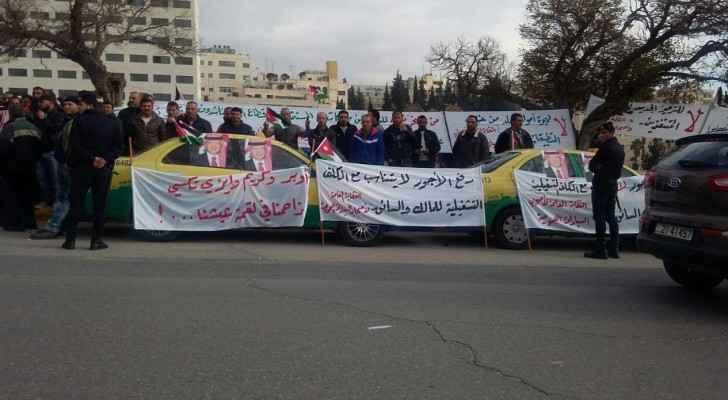 """جانب من الاعتصام الذي نفذه عدد من السائقين احتجاجاً على """" اوبر وكريم """""""