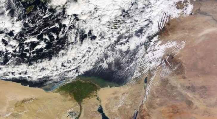 طقس شديد البرودة مع رياح نشطة قد تُرفق بالغبار وزخات مُحتملة شمالاً