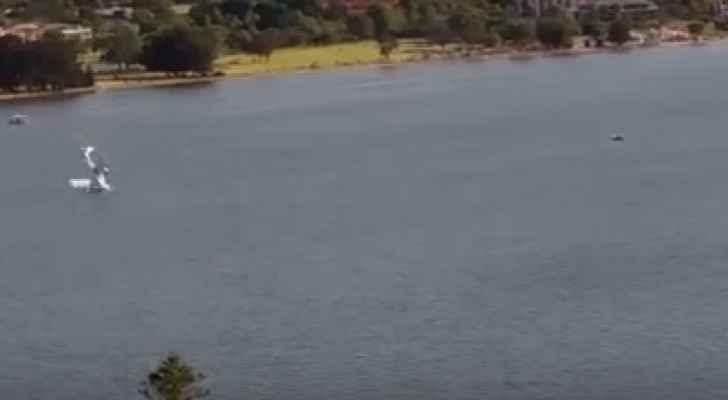 لحظة سقوط الطائرة في النهر