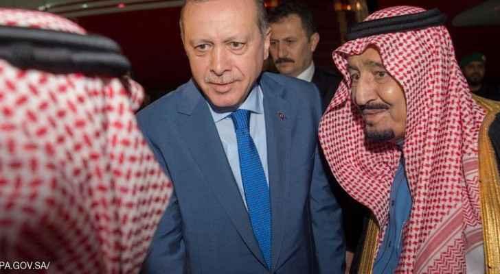 الملك سلمان خلال استقباله الرئيس التركي في الرياض.