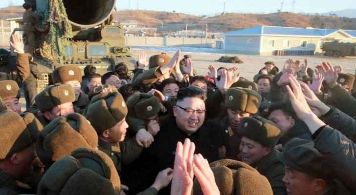 زعيم كوريا الشمالية محاطا بجنوده بعد اختبار صاروخي باليستي.