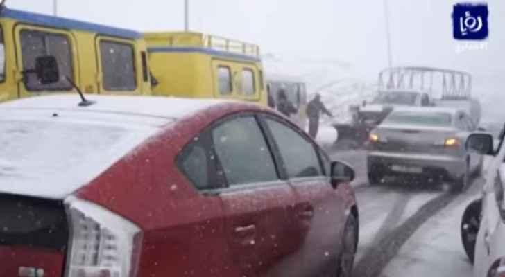 التساقط الكثيف والمستمر للثلوج يعيد اغلاق الطرق باستمرار في لواء البترا