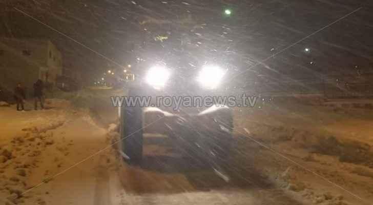 57 مركبة حصارتها الثلوج وانزلاق شاحنة على طريق النقب