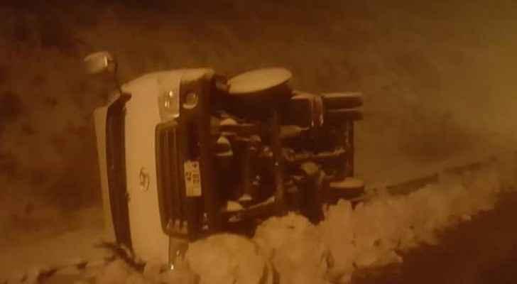 تدهور مركبة في منطقة الطيبة بوادي موسى