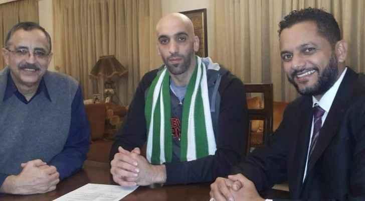 صورة خلال توقيع العقد