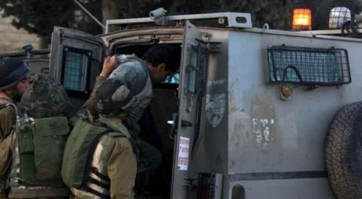 عناصر من شرطة الاحتلال تعتقل شابا فلسطينيا - ارشيفية