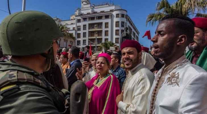 تظاهرة شارك فيها مئات الرجال والنساء مرتدين الأزياء التقليدية بشارع الحبيب بورقيبة