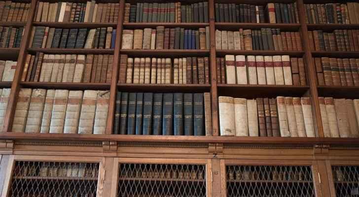 داخل مكتبة في إنجلترا - أرشيفية