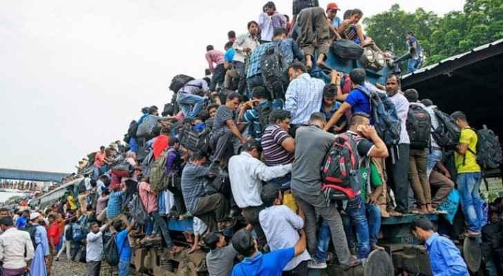 الآلاف يتدافعون لركوب القطار
