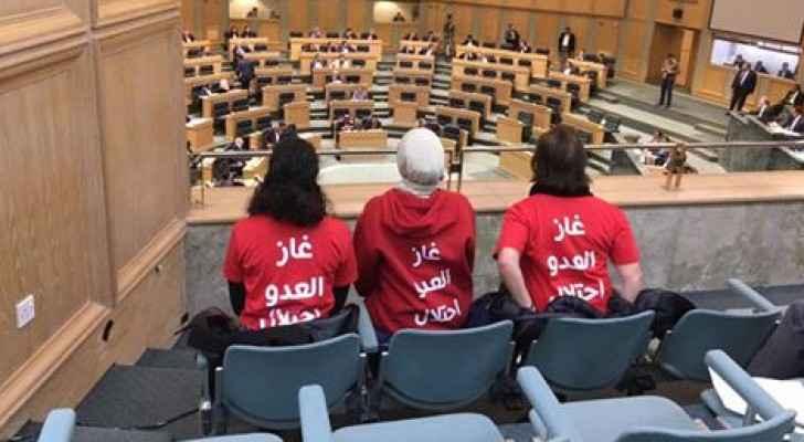 ناشطون وناشطات يجلسون على الشرفات في مجلس النواب
