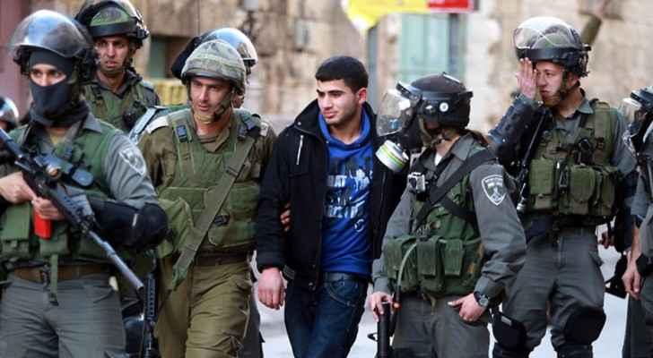 عناصر من شرطة الاحتلال الاسرائيلي يعتقلون شابا فلسطينيا