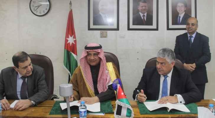 صورة خلال توقيع الاتفاقية