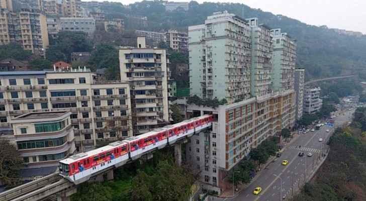 قطار يمر داخل برج سكني في الصين