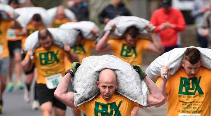 الرجال يحملون 50 كيلوغراما من الفحم