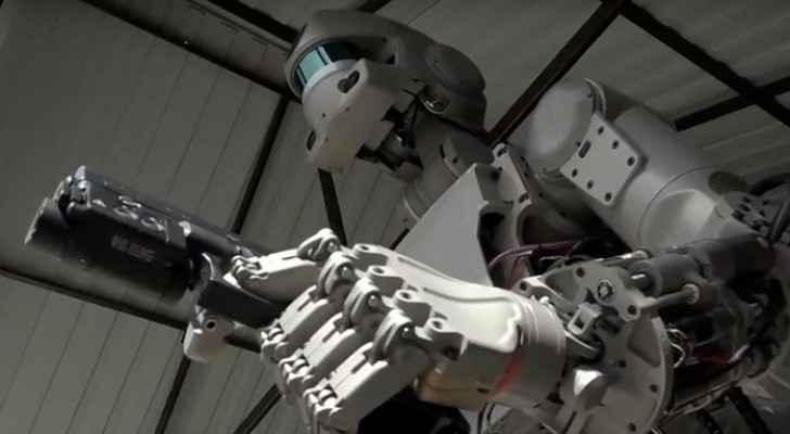 روبوت روسي يتعلم إطلاق الرصاص بكلتا اليدين