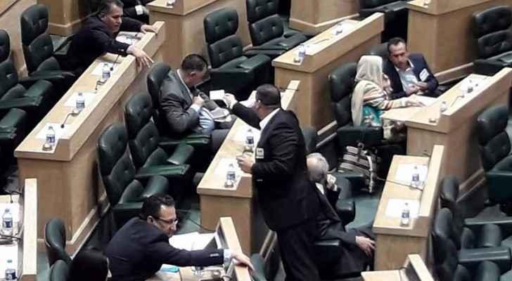 النائب يحيى سعود يوزع الملصقات على النواب