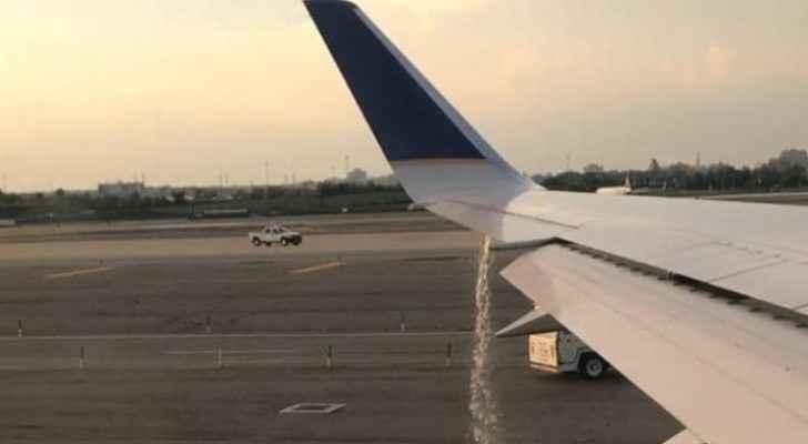 التسرب الهائل للوقود من أحد أجنحة الطائرة
