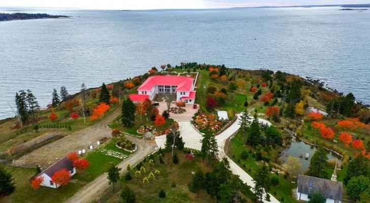 الجزيرة تضم قصرا ومنزلين للضيافة وحانة وإسطبل خيول