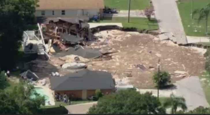 انهيار منزلين في فلوريدا بحفرة ضخمة