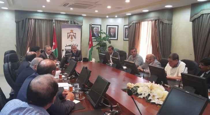 وزير العمل يحث الأردنيين على الانخراط بقطاع تربية الدواجن