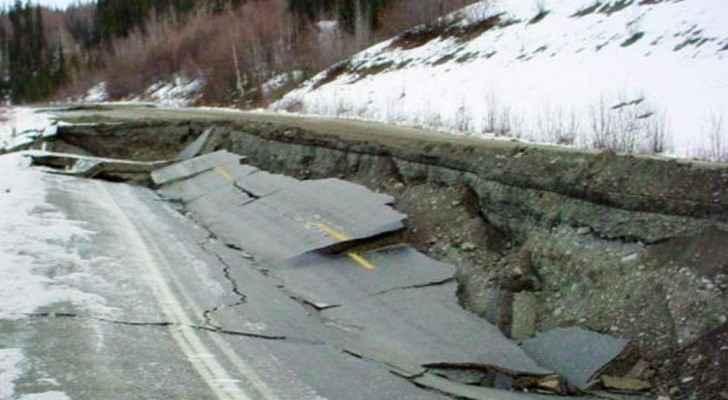 جانب من آثار زلزال ضرب مناطق ألاسكا عام 2002