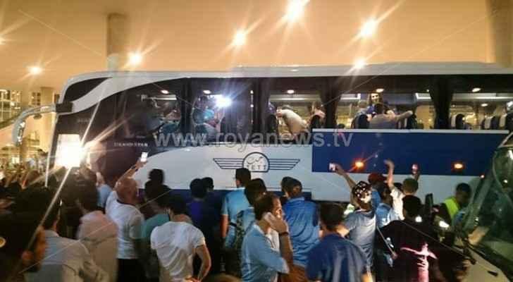 نشامى الفيصلي يصلون عمّان وحفاوة استقبال لهم في المطار