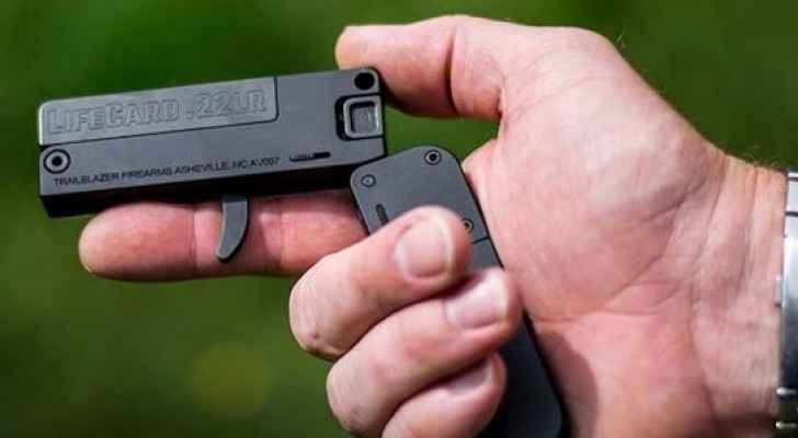 حجم مسدس لا يزيد على حجم بطاقة الائتمان عندما يكون مطويا