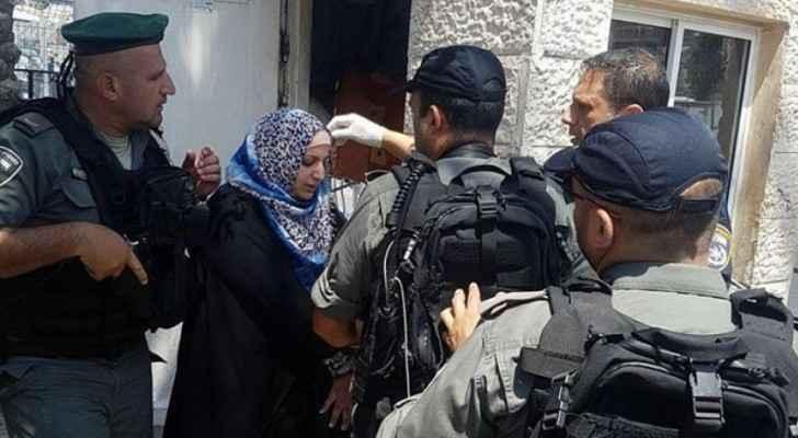 """لحظة اعتقال قوات الاحتلال لسيدة فلسطينية، بزعم طعنها مستوطنا """"حارس امن""""."""