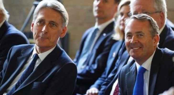 وزير المالية فيليب هاموند (يسار) ، ووزير التجارة ليام فوكس
