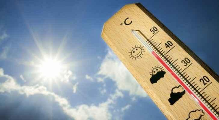 طقس حار ودرجة الحرارة مرتفعة الاثنين