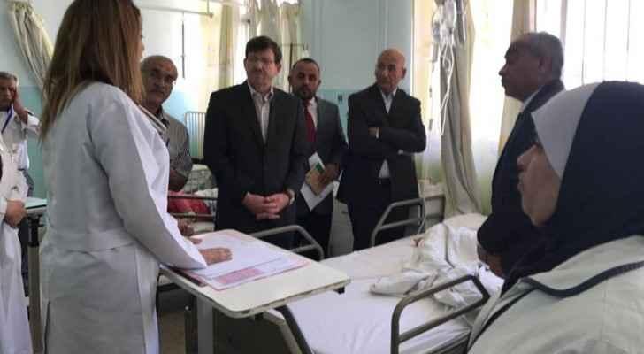 وزير الصحة يعود المصابين بالتسمم في السلط