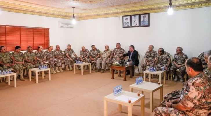 الملك يلتقي عددا من كبار ضباط القوات المسلحة