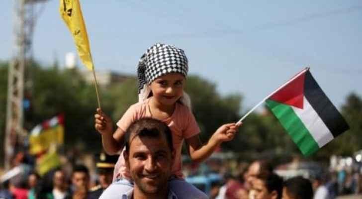 فلسطينيون يتجمعون عند معبر بيت حانون في شمال قطاع غزة لاستقبال الحكومة (ا ف ب)