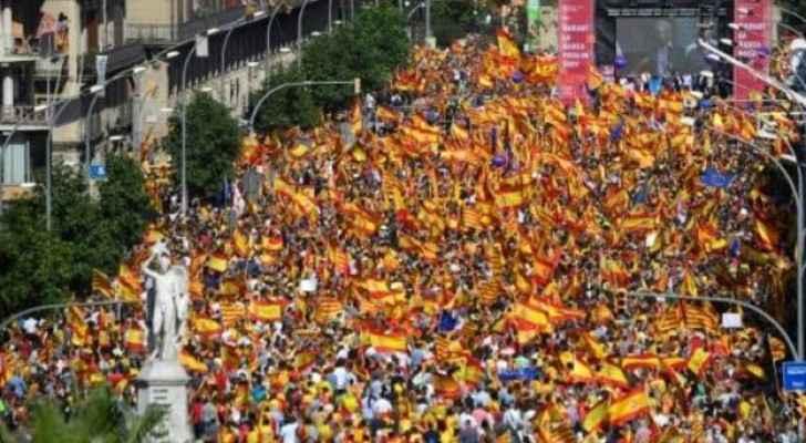 مواطنون يشاركون في تظاهرة داعمة لوحدة اسبانيا في برشلونة-ارشيفية